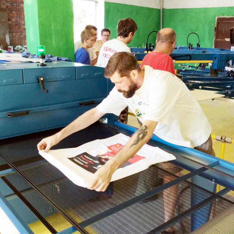 Печать первого 30 000 тиража рекламных футболок компанией КРАСАР ( Краснодар ) в день ввода печатного оборудования M&R Challenger II OS в производство инженерами поставщика - компании Мировые печатные системы ( Москва ) - +7 (495) 727-0610.